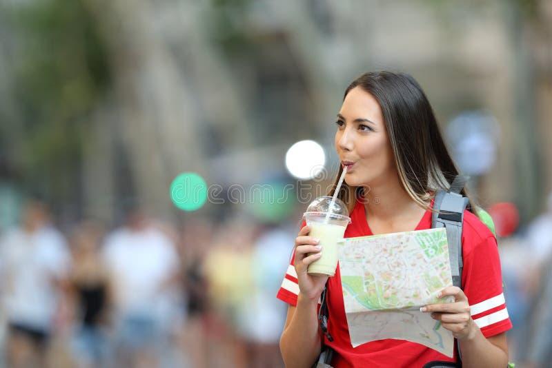 Batido bebendo sightseeing do turista adolescente fotografia de stock