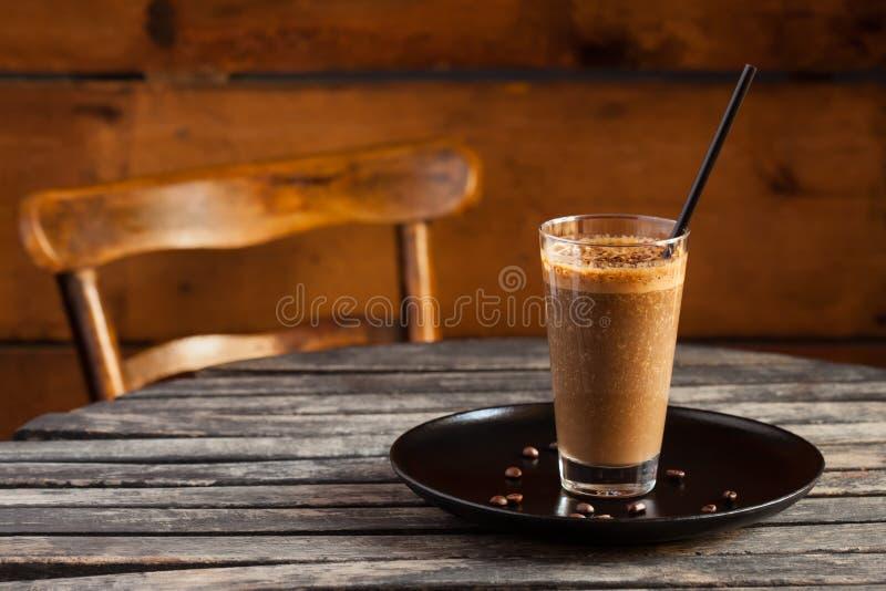 Batido com café na tabela de madeira rústica foto de stock royalty free
