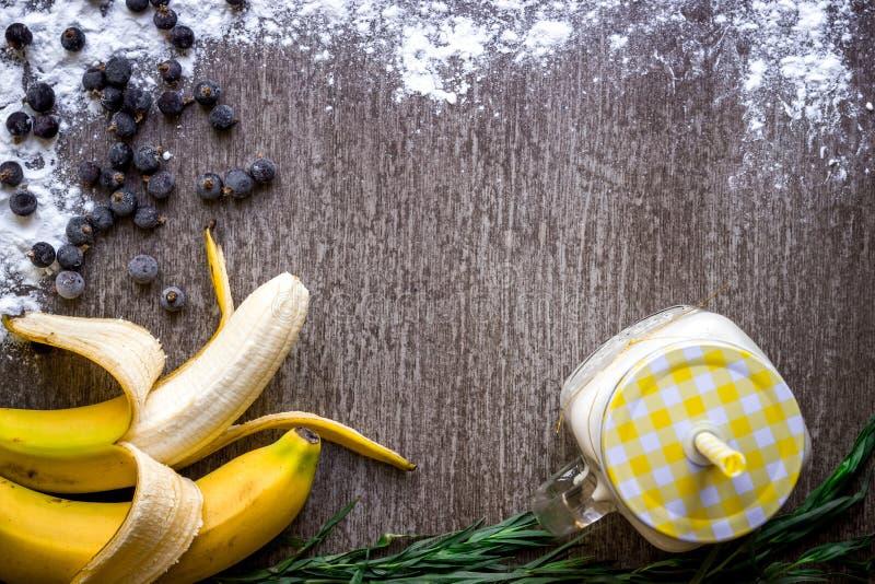 Batido da banana e banana fresca na tabela de madeira fotos de stock
