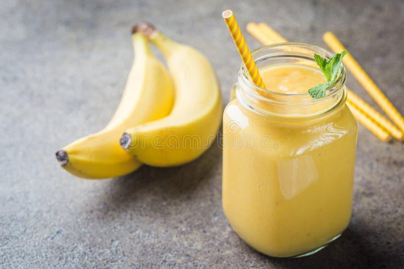 Batido da banana em uns frascos de pedreiro fotografia de stock