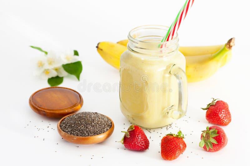 Batido da banana em uns frascos de pedreiro para o caf? da manh? saud?vel fotos de stock royalty free