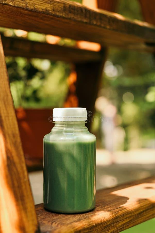 Batido da manga em um frasco e em uma manga de vidro de pedreiro em um fundo verde agita??o Conceito do fruto tropical imagens de stock