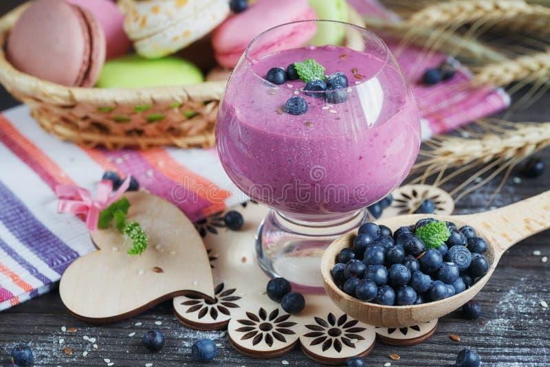 Batido da uva-do-monte, iogurte da desintoxicação ou milk shake delicioso com fres foto de stock royalty free