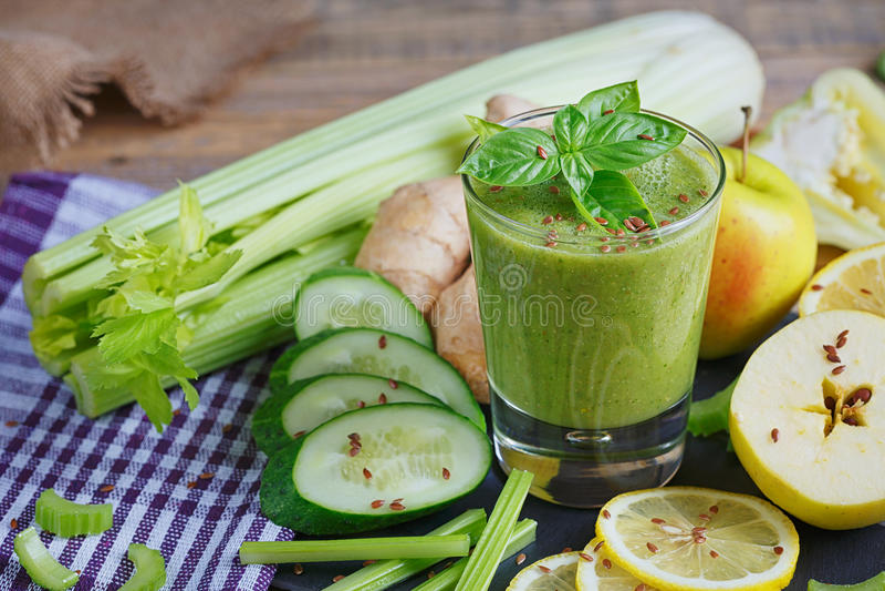 Batido das frutas e legumes Pequeno almoço saudável fotos de stock