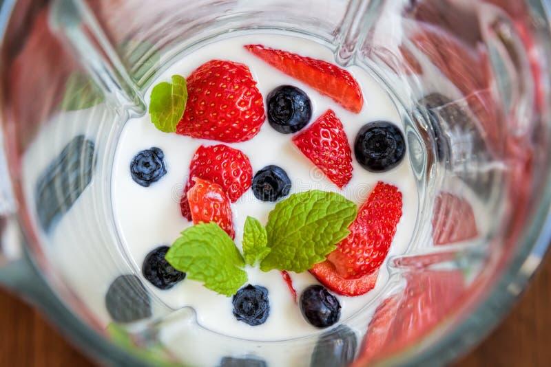 Batido de fruta, agitação de leite feita da morango, mirtilo fotografia de stock