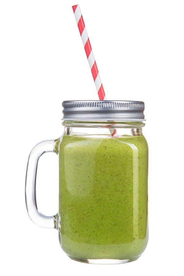Batido de fruta de refrescamento saudável com palha em uma caneca do frasco isolada no branco foto de stock