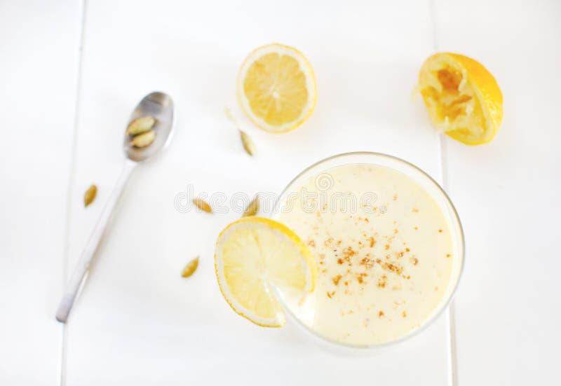 Batido de leche con el plátano y el mango, limones, cardamomo, smoothie del lassi imagen de archivo