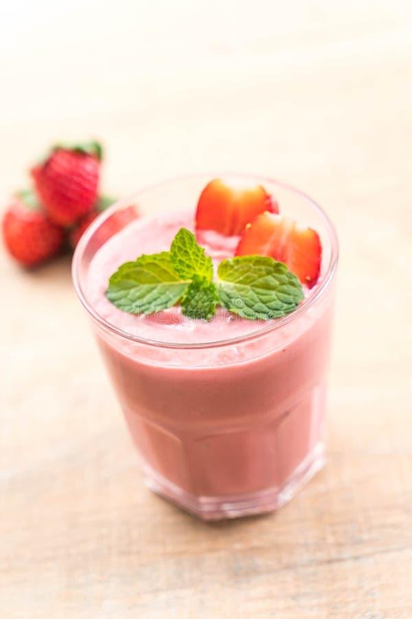 Batido de leche de los smoothies de la fresa imagenes de archivo