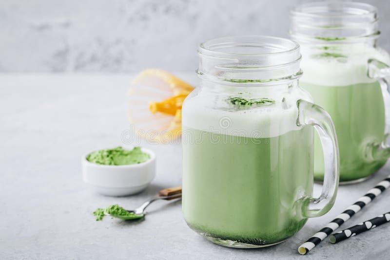 Batido de Matcha do chá verde da baunilha no frasco de pedreiro fotos de stock