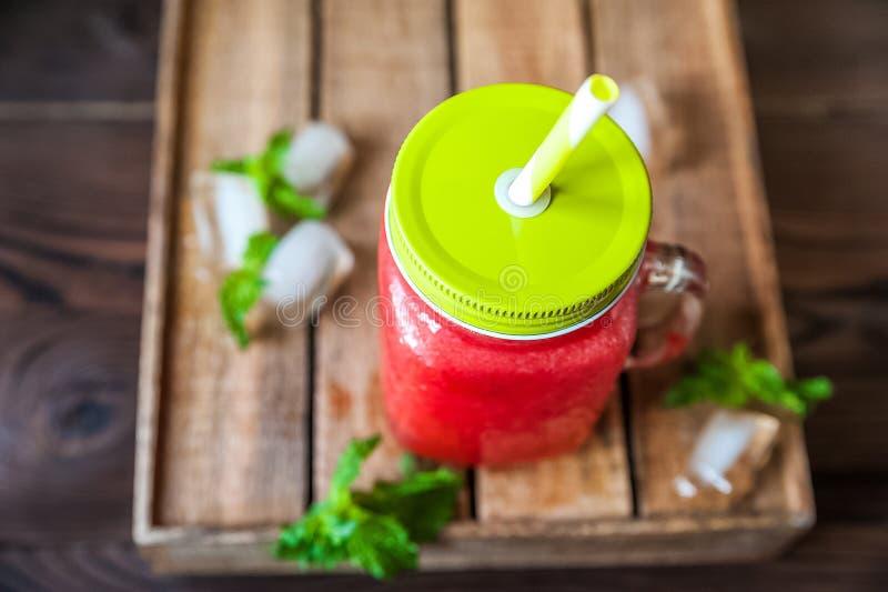 Batido de refrescamento da melancia em um espaço do close-up e da cópia do frasco Batido da melancia com um coração da melancia,  imagem de stock royalty free