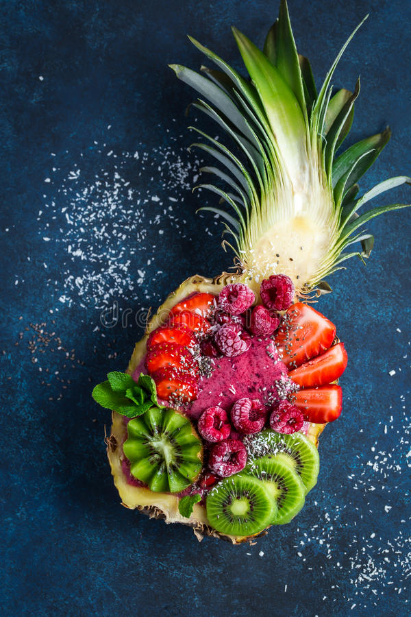 Batido delicioso da baga com quivi, morango e framboesa dentro fotografia de stock royalty free