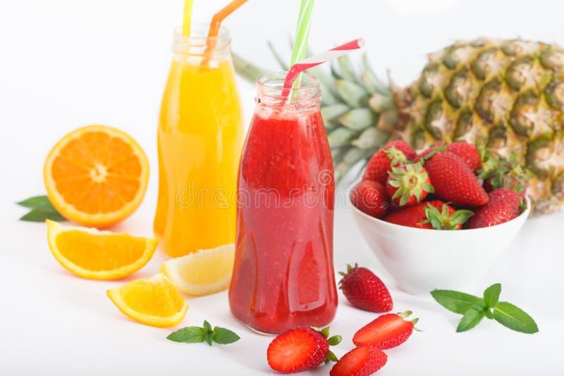 Batido do cocktail de fruto do verão com morangos, abacaxi e laranja foto de stock