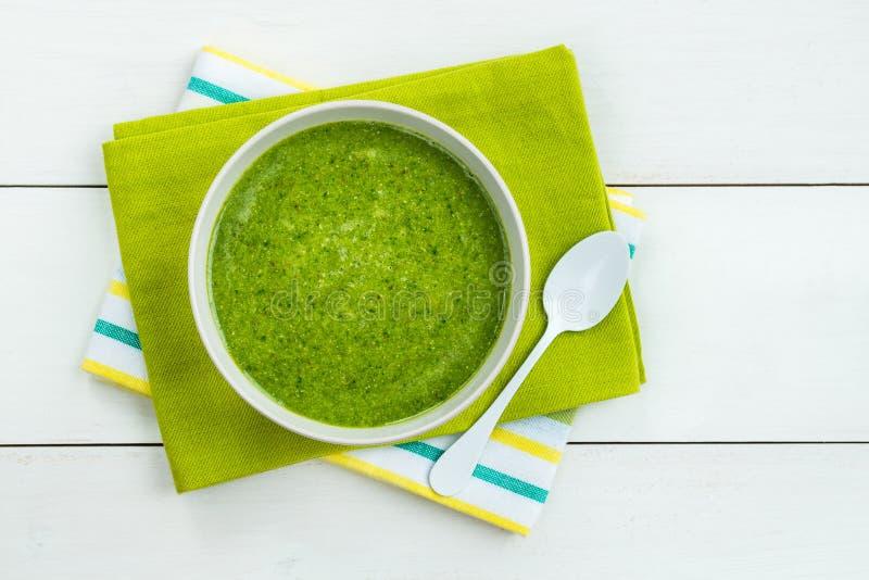 Batido do verde da desintoxicação do café da manhã da banana e dos espinafres imagem de stock