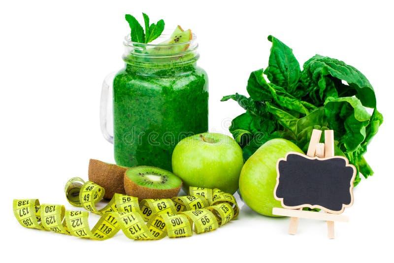 Batido e ingredientes verdes saudáveis no branco - espinafre, maçã fotos de stock