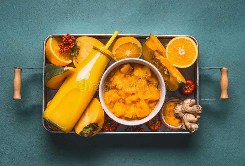 Batido energético para a estação fria com ingredientes alaranjados: abóbora, caqui, frutos alaranjados, gengibre e cúrcuma ou cur imagens de stock