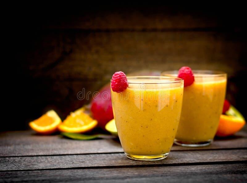 Batido feito com fruto tropical - bebida de refrescamento na tabela rústica imagens de stock