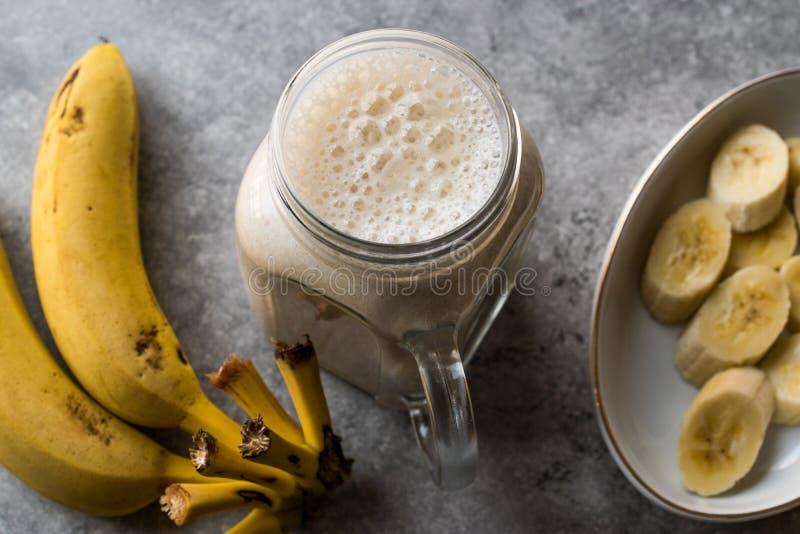 Batido leitoso da banana em Mason Jar com milk shake do leite foto de stock