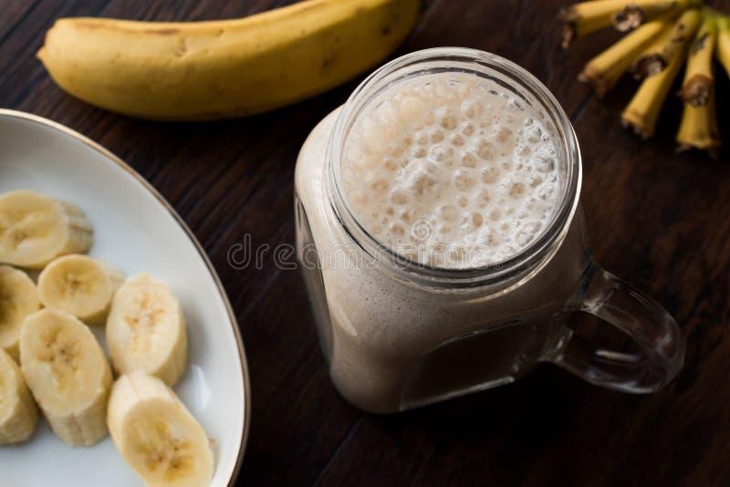 Batido leitoso da banana em Mason Jar com milk shake do leite fotos de stock royalty free