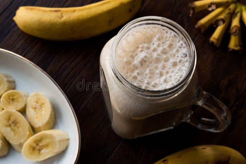 Batido leitoso da banana em Mason Jar com milk shake do leite fotos de stock