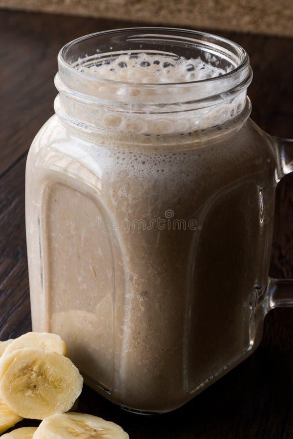Batido leitoso da banana em Mason Jar com milk shake do leite fotografia de stock royalty free