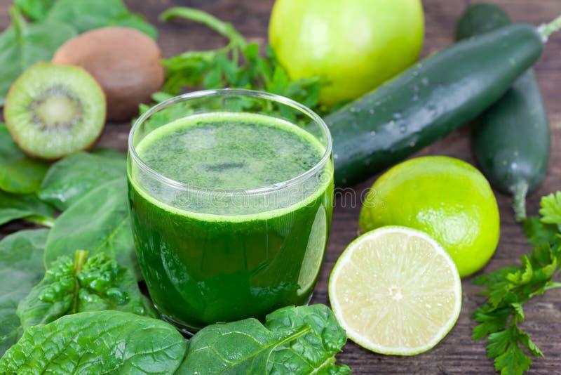 Batido orgânico, verde fresco foto de stock