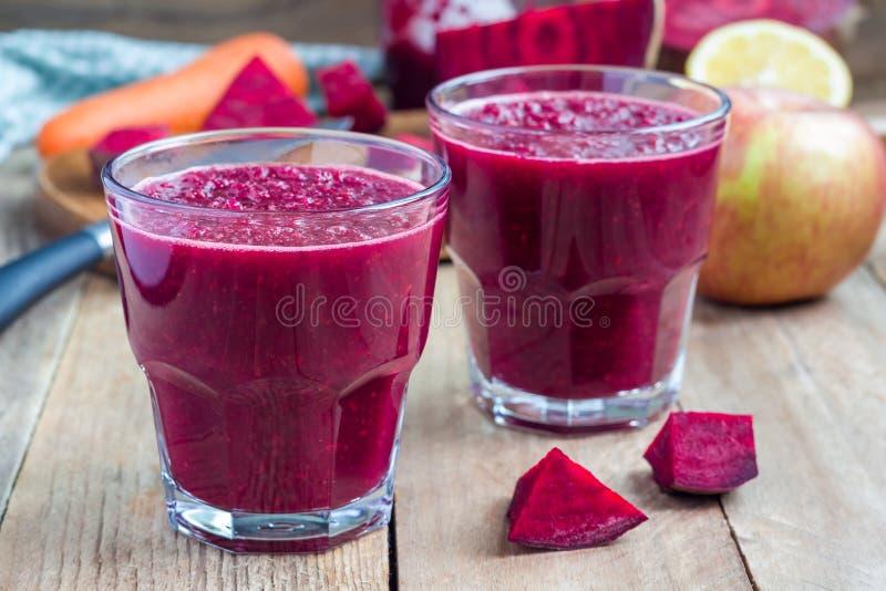Batido saudável do suco das beterrabas, da cenoura, da maçã e de limão da desintoxicação, horizontal foto de stock royalty free
