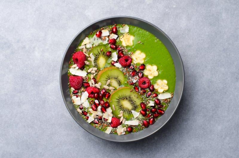 Batido saudável do verde da desintoxicação do café da manhã com banana e espinafres em uma bacia, vista superior fotos de stock royalty free