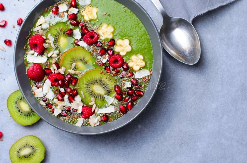 Batido saudável do verde da desintoxicação do café da manhã com banana e espinafres em uma bacia, vista superior fotografia de stock