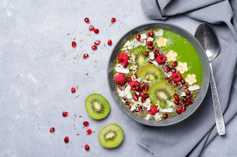 Batido saudável do verde da desintoxicação do café da manhã com banana e espinafres em uma bacia, vista superior fotografia de stock royalty free