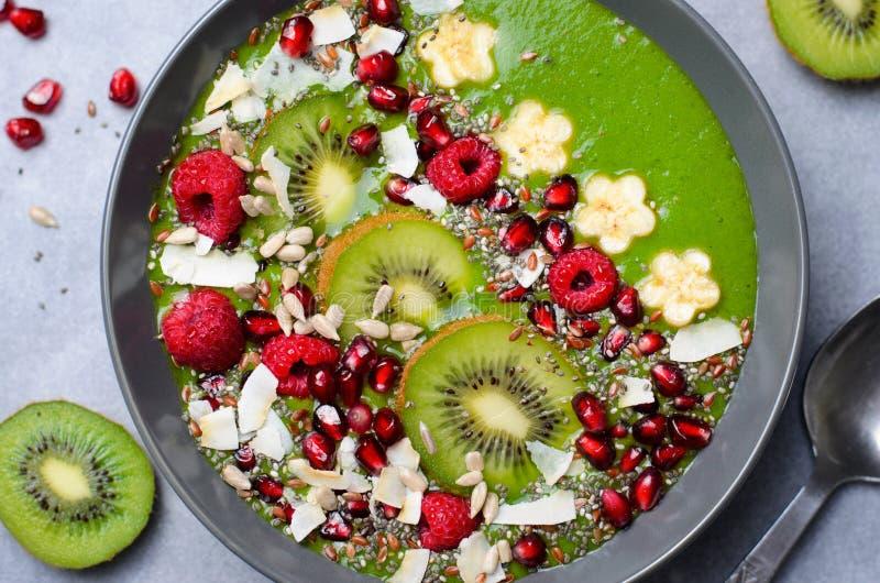 Batido saudável do verde da desintoxicação do café da manhã com banana e espinafres em uma bacia, vista superior imagens de stock