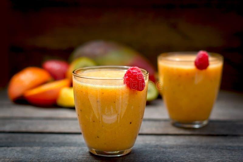 Batido tropical, bebida deliciosa preparada recentemente fotos de stock