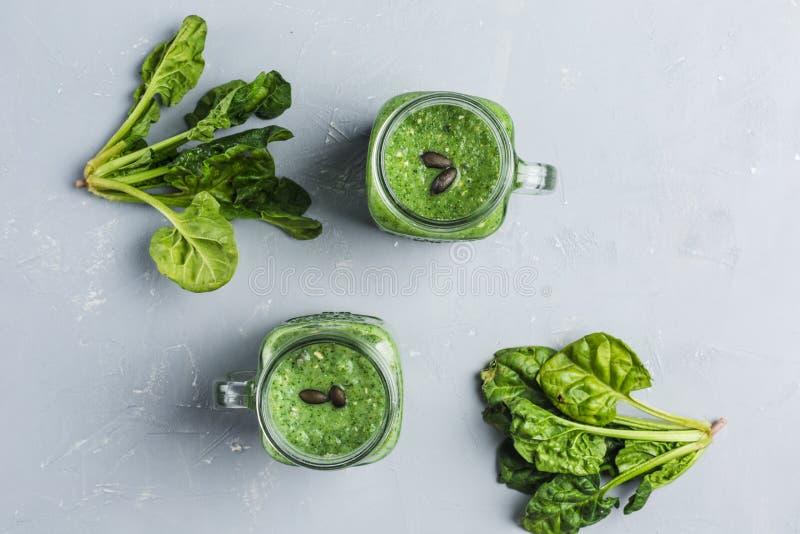 Batido verde com espinafres, leite de Apple, do pepino e de coco imagem de stock royalty free