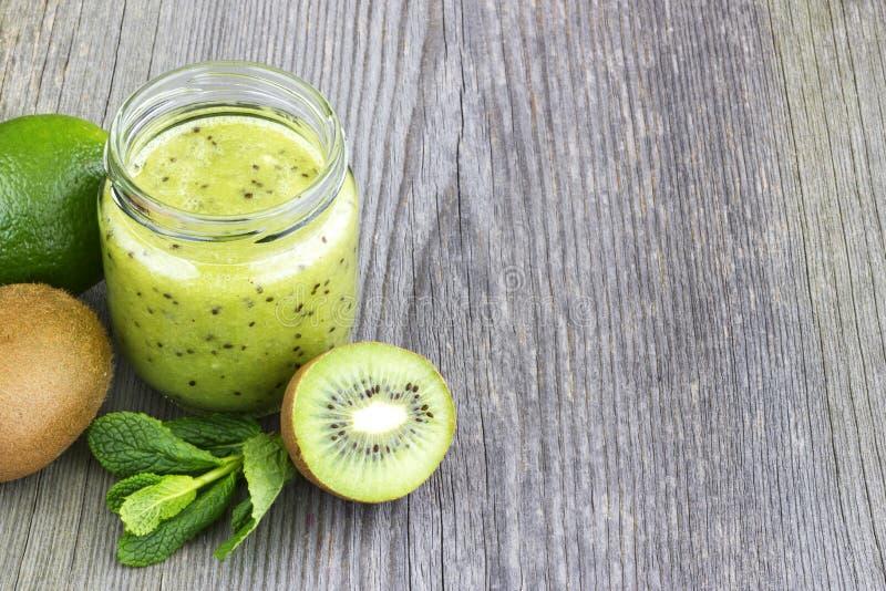 Batido verde com fruto de quivi, pepino, hortelã e salsa no ol fotos de stock