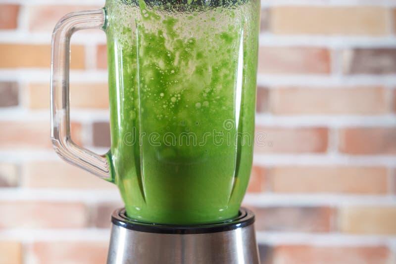 Batido verde com os brócolis que agitam no misturador imagem de stock royalty free