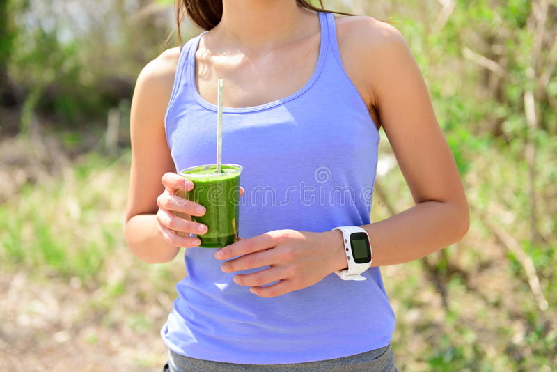 Batido verde da desintoxicação - vegetais bebendo da mulher foto de stock