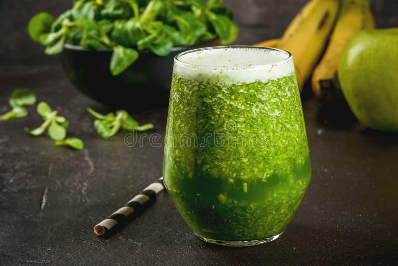 Batido verde do vegetal e do fruto fotos de stock royalty free