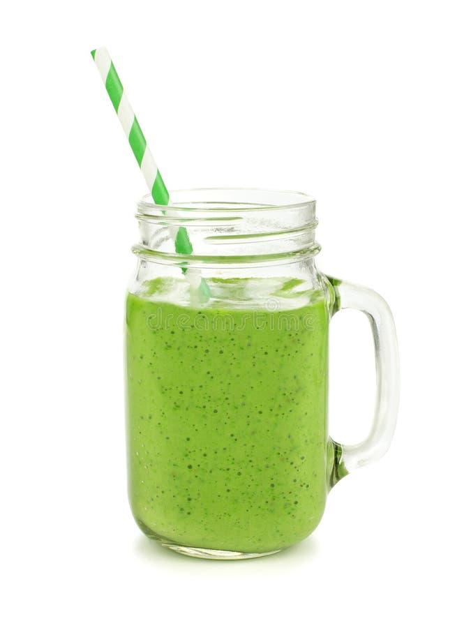 Batido verde em uma caneca do frasco isolada imagens de stock