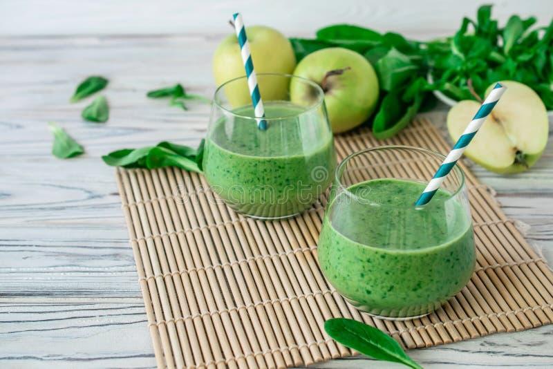 Batido verde fresco da desintoxica??o com espinafres, ma??, erva-benta do mache imagem de stock royalty free