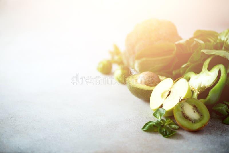Batido verde no frasco de vidro com os vegetais e frutos verdes orgânicos frescos no fundo cinzento Dieta da mola, cru saudável fotografia de stock royalty free