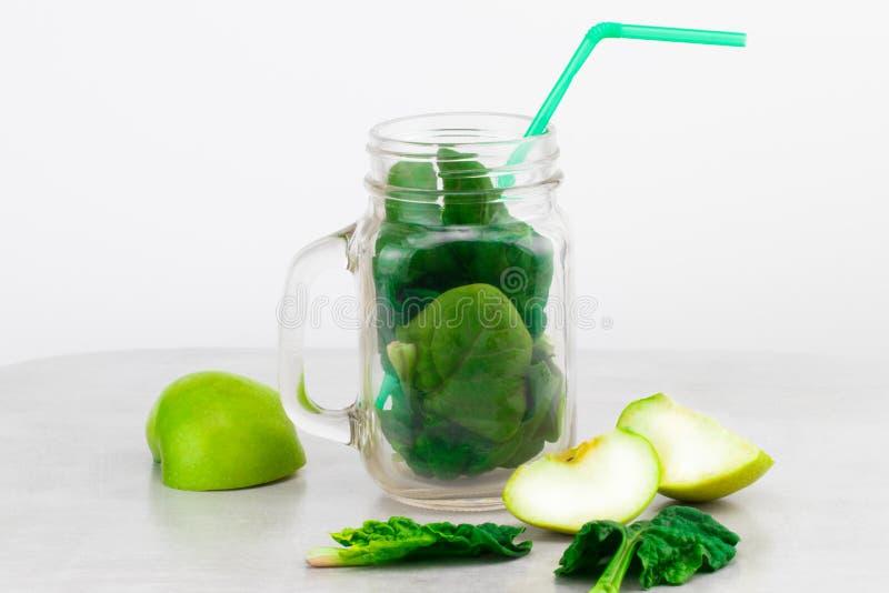 Batido verde no frasco de vidro com os vegetais verdes orgânicos frescos foto de stock