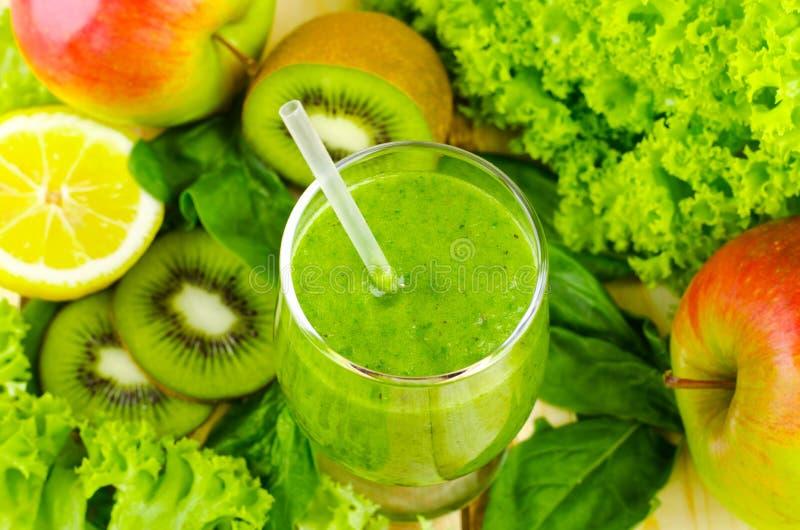 Batido verde saudável com espinafres, quivi, maçãs, salada e hortelã no vidro imagens de stock