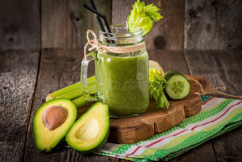 Batido verde saudável do suco com palha fotografia de stock