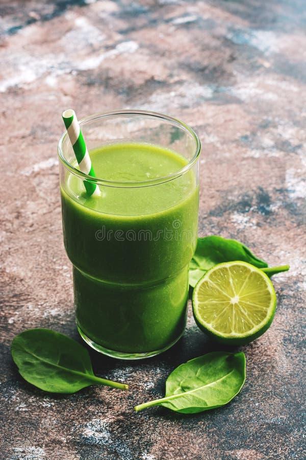 Batido verde saudável do vegetariano com espinafres e cal Foco seletivo, espaço para o texto fotos de stock