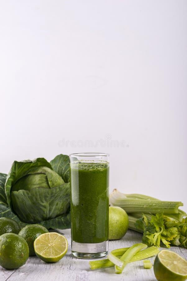 Batido verde saud?vel com palha em uma caneca do frasco no fundo branco Copie o espa?o foto de stock royalty free