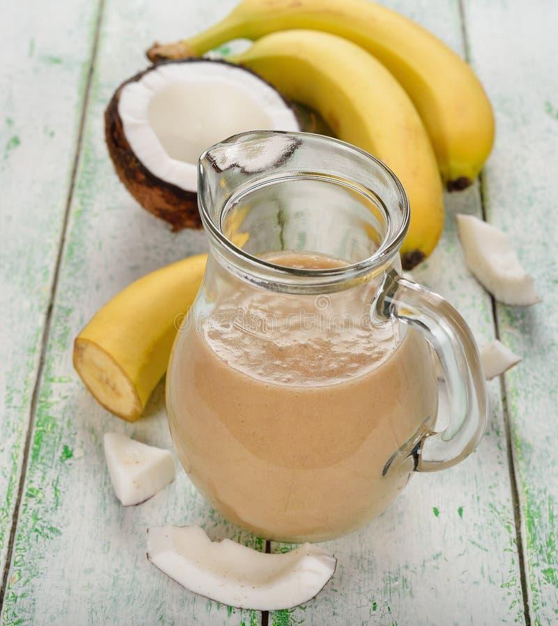 Batidos com leite e banana de coco imagem de stock royalty free