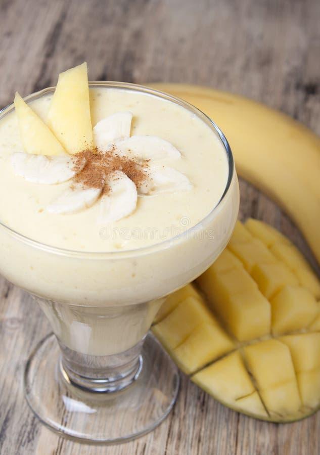 Batidos da manga e da banana com iogurte fotografia de stock