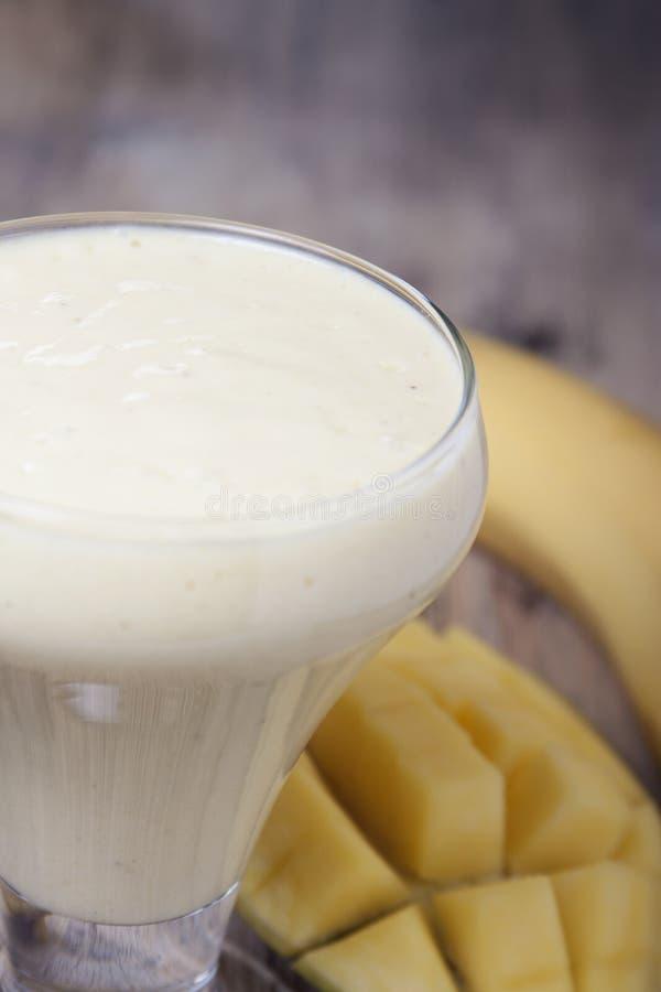 Batidos da manga e da banana com iogurte imagem de stock royalty free