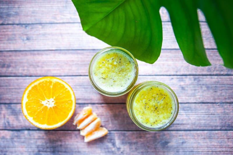 Batidos de fruta do citrino, laranjas, tangerinas fotografia de stock