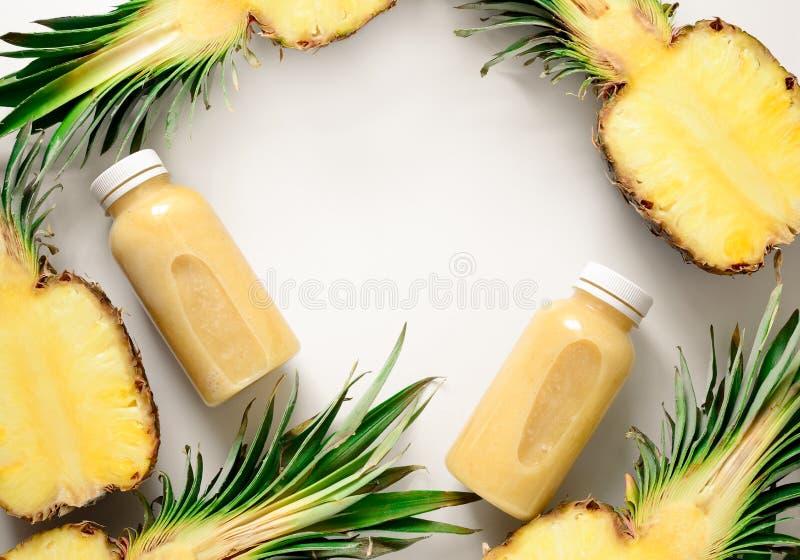 Batidos do abacaxi ou fundo do suco fotografia de stock
