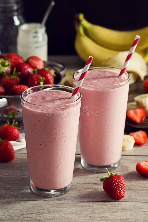 Batidos do iogurte da banana da morango com ingredientes imagem de stock